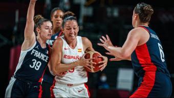 Laia Palau, defensada per les jugadores franceses en el partit d'ahir
