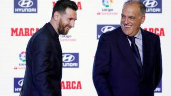 Javier Tebas i Leo Messi, somrients durant un acte