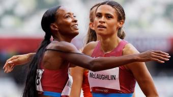 Sydeny McLaughlin, com si res després del rècord de 400 m tanques, felicitada per Dalilah Muhammad
