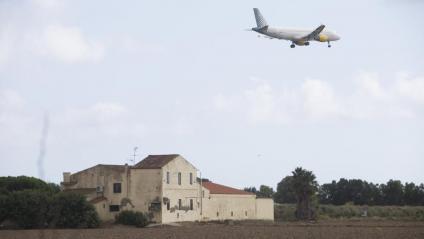Un avió sobrevolant ahir l'espai protegit de la Ricarda, on es planteja fer una ampliació de l'aeroport del Prat