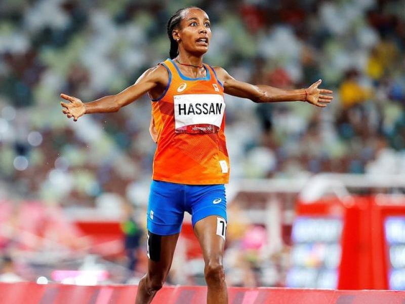Sifan Hassan obre els braços abans de creuar la meta dels 5.000 m amb suficiència, amb més d'un segon i mig de diferència respecte a la kenyana Hellen Obiri