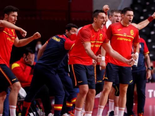 Els jugadors de la banqueta d'Espanya animen als seus companys