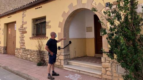 L'alcalde de Rocafort de Queralt, Marc Roca, a la porta de l'antic consultori mèdic, que es convertirà en local per a entitats i habitatges de lloguer