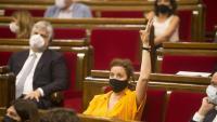 La portaveu del PSC, Alícia Romero, mostrant el sentit del vot del grup en una votació al Parlament