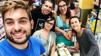El grup amb la Maria fent la compra conjunta al supermercat