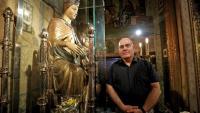 El rector de la Mercè, el mercedari Fermín Delgado, amb la imatge de la Mare de Déu de la Mercè, joia gòtica obra de Pere Moragues que ara serà restaurada
