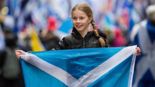 Una nena mostra una bandera escocesa en una manifestació a Glasgow a favor de la independència, el gener del 2020