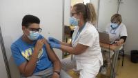 Un jove es vacuna al recinte firal de Cornellà l'últim diumenge d'agost, un dels centres de vacunació massiva obert els últims mesos