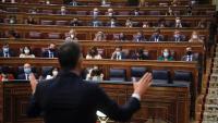 Pedro Sánchez respon a Pablo Casado –al fons, el primer de la dreta–, en el Congrés, el 15 de setembre passat
