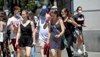 Gent amb i sense mascareta al carrer