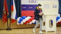 Un votant, amb mascareta, en un col·legi de Moscou