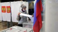Una dona votant durant les eleccions legislatives, ahir a Podolsk, a la perifèria de Moscou