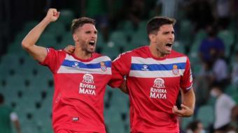 Leandro Cabrera celebra amb Sergio Gómez el gol de l'empat