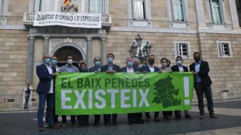 Catorze alcaldes del Baix Penedès davant del Palau de la Generalitat