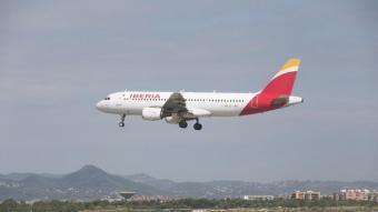 Un avió d'Iberia aterra a l'Aeroport del Prat