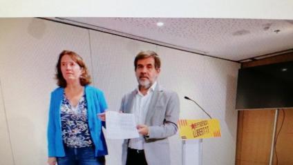 La presidenta de l'ANC, Elisenda Paluzie, i Jordi Sànchez mostren la demanda presentada al TEDH per vulneració de drets fonamentals, ahir