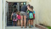 Infants entrant en una escola de Primària