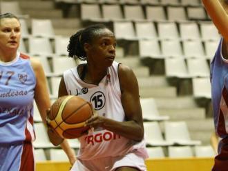 Geisa Oliveria, amb la pilota en un partit del 2009 a Lliga Femenina 2