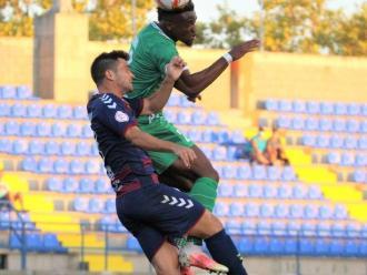 Moha Traoré i Ale Galindo, en una disputa aèria del partit d'aihr