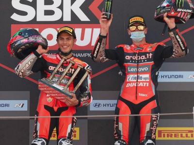 Rinaldi i Redding, els dos pilots de Ducati, i, a l'esquerra, Razgatlioglu, el líder