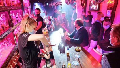 Una barra plena a l'interior d'un bar musicar en una prova pilot a Sitges