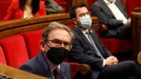 El conseller d'Economia, Jaume Giró, i al darrere, el president de la Generalitat, Pere Aragonès, en un ple del Parlament