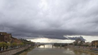 Nuvolositat i el riu Ebre baixant després de les pluges en una imatge d'arxiu de Tortosa