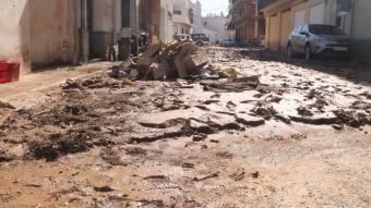 Un carrer de les Cases d'Alcanar, amb quasi un pam de fang