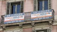 Una façana de Barcelona amb un anunci de lloguer de pisos