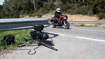 Una motocicleta apunt de passar per davant d'un radar mòbil dels Mossos d'Esquadra