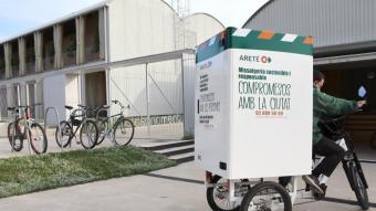 Un dels vehicles que utilitzen els repartidors de la Fundació Areté i que contribueix a fer una missatgeria sostenible
