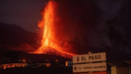 Espectacular imatge de l'erupció del volcà Cumbre Vieja de la Palma