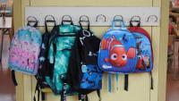 Motxilles als penjadors d'una escola de Barcelona