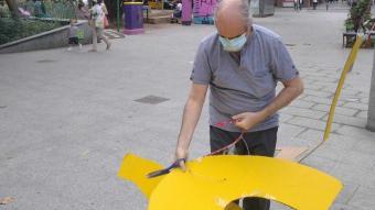 L'home destrossant el cartell