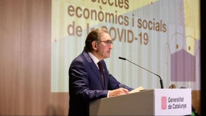 El conseller Giró presentant el treball sobre els efectes econòmics i socials de la Covid-19