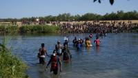 Migrants haitians creuen el riu a Ciudad Acuña, a la frontera entre Mèxic i els Estats Units