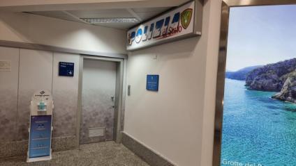 La porta que dona accés a les instal·lacions de la policia a l'aeroport de l'Alguer, per on es van endur el president Puigdemont.