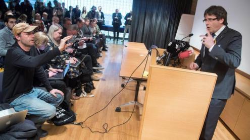 HÈLSINKI. El president a l'exili pronuncia una roda de premsa amb assistència multitudinària a Hèlsinki, capital de Finlàndia, el 22 de març del 2018, convidat per un grup de diputats d'aquell país a visitar el Parlament. És tornant d'aquest acte quan, mentre creua la frontera entre Dinamarca i Alemanya, és detingut per la policia de l'estat de Schleswig-Holstein
