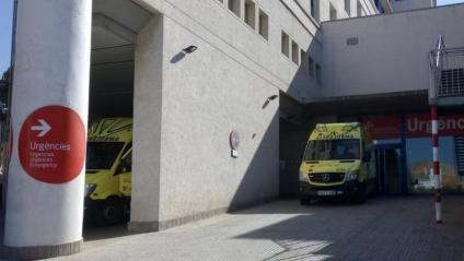 Una ambulància a l'accés a l'hospital de Palamós