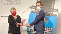 Imma Merino va rebre el premi per la seva trajectòria periodística dijous passat de mans del conseller de Turisme basc, Javier Hurtado
