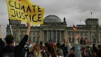 Uns manifestants, en la mobilització d'ahir davant del Bundestag, a Berlín. A dalt, el vaguista de fam Henning Jeschke