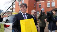 Puigdemont abans d'entrar a la presó de Neumünster, el 2018, i portades de la premsa espanyola