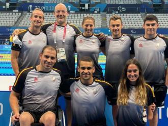 Jaume Marcé , segon per l'esquerra amb l'acreditació, amb els seus nedadors a Tòquio
