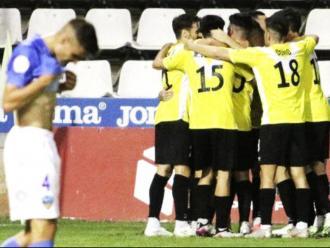Els jugadors de l'Europa celebren un dels dos gols que van fer al Lleida Esportiu en la victòria al Camp d'Esports (0-2)