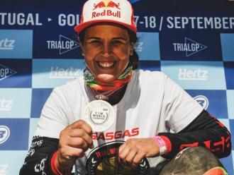Laia Sanz mostra la medalla que l'acredita com a campiona mundial de trial, el 14è del seu palmarès