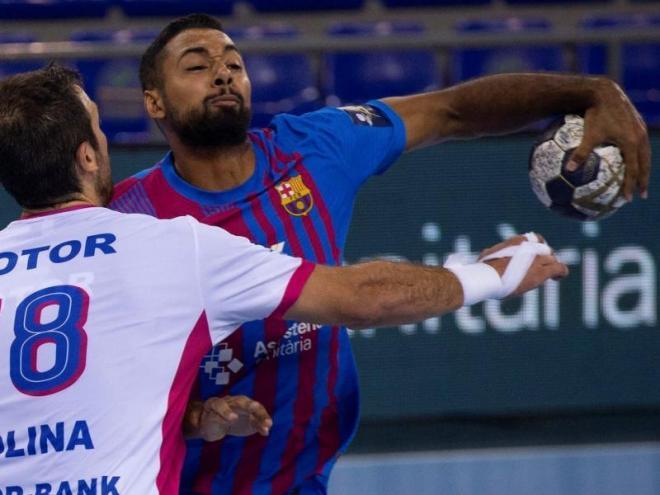 Richardson intenta superar el jugador del Zaporíjia Molina