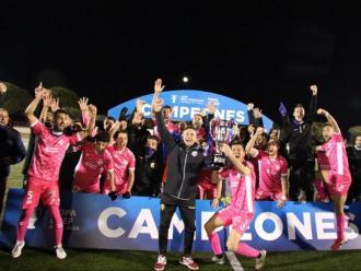Els jugadors del Llagostera-Costa Brava celebrant el títol del curs passat