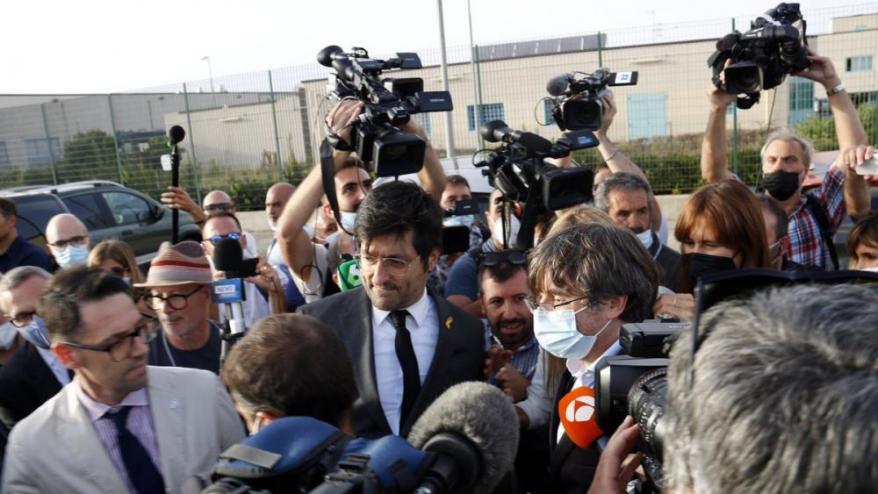 """<div class=""""formatsepara0""""><b>El president </b>de la Generalitat a l'exili, Carles Puigdemont, en sortir de la presó de Sàsser</div>"""