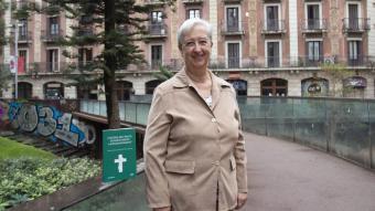 Montserrat Martínez Deschamps amb el seu llibre on explica el compromís que suposa ser la dona d'un diaca