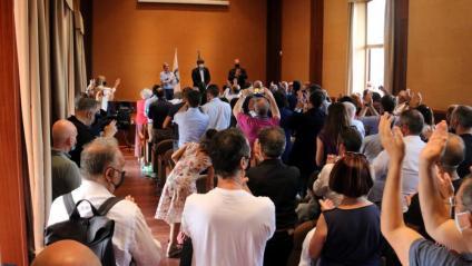 Independentistes sards aplaudeixen drets el president Carles Puigdemont en un acte a Oristany